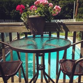 Jolie table que mon chum a achetée pour mettre sur le balcon derrière la maison.